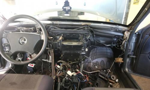 Mercedes műszerfal bontása, fűtőradiátor eldugult. Nem volt meleg az utastérben.