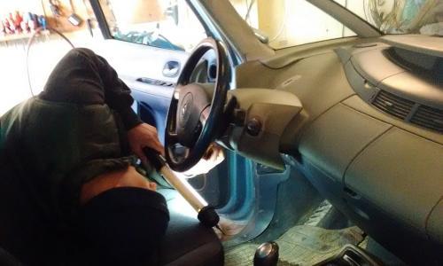 Renault műszerfal bontás kezdeti lépések.