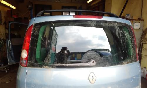 Renault hátsó ablaktörlő motor cseréje, hátsó ablaktörlő lapát cseréje, féklámpa javítás.